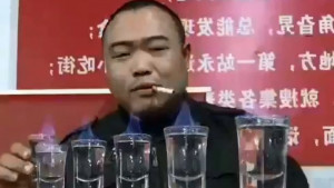 """Liu Šišao: Kineski """"seljak"""" koji ispijanjem alkohola postaje svetska zvezda"""