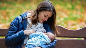 Mame koje doje na javnom mestu u Srbiji poručuju: Beba bira gde i kada će da jede