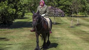 Korona virus i Velika Britanija: Kraljica Elizabeta uslikana napolju prvi put od početka karantina