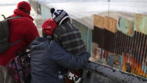 Izbeglički karavan: Preminuo dečak zadržan na granici SAD i Meksika