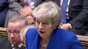 Vlada premijerke Mej kroz iglene uši preživela glasanje o nepoverenju